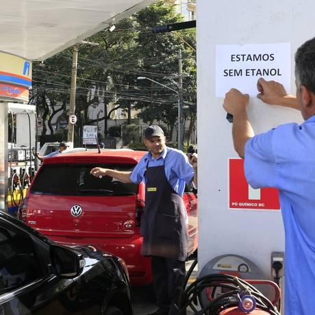 Após forte demanda, postos relatam escassez de combustíveis Foto: Edilson Dantas / Agência O Globo