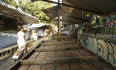 Barracas ficaram vazias na feira da Rua Engenheiro Moacir Reis, em Laranjeiras. Greve dos caminhoneiros prejudicou abastecimento de produtos hortifrutigranjeiros Foto: Gabriel Paiva / Agência O Globo