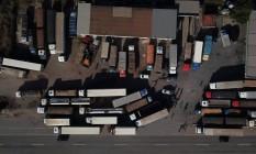 Vista aérea de caminhões bloqueando a BR-262, em Juatuba, Minas Gerais. Foto: DOUGLAS MAGNO / AFP