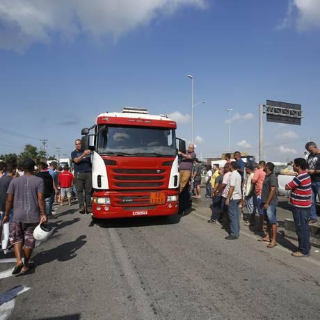 Grevistas impedem trânsito de caminhões nas proximidades da Reduc Foto: Pablo Jacob / Agência O Globo
