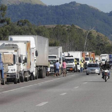 Caminhoneiros fizeram greve por dez dias entre o fim de maio e começo de junho Foto: Domingos Peixoto