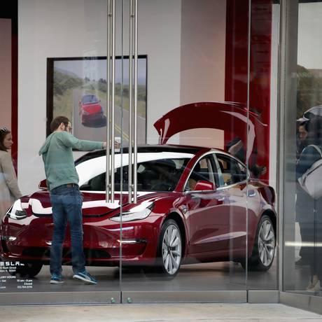 Model 3 Sedã,da Tesla: Mercedes lança concorrente nesta terça Foto: SCOTT OLSON / AFP