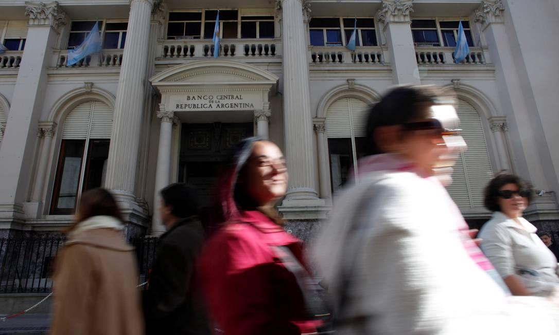 Pedestres caminham em frente ao Banco Central da Argentina, em Buenos Aires Foto: MARTIN ACOSTA / REUTERS