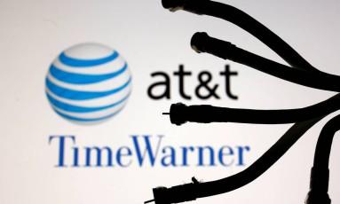 Cabos são vistos sobre uma montagem com o logo da AT&T e Time Warner Foto: DADO RUVIC / REUTERS