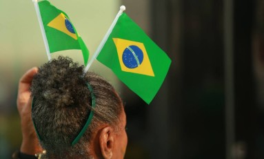 Torcedores devem cuidado para não exagerar na torcida no trabalho, segundo especialistas de recursos humanos Foto: Roberto Moreyra / Agência O Globo