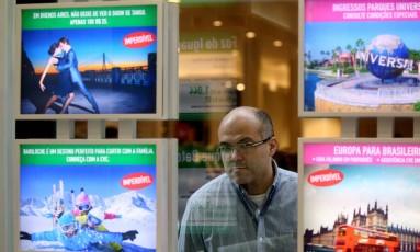 Impacto do dólar nos planos de viagens dos brasileiros. Agência CVC no Centro. Luiz Carriço. Foto: Custódio Coimbra / Agência O Globo