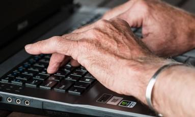 Trabalhadores de mais de 60 anos têm se mantido no mercado em busca de renda Foto: Pixabay