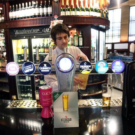 Homem serve clientes em pub JD Wetherspoon no centro financeiro de Londres. Foto: GRAHAM BARCLAY / BLOOMBERG NEWS