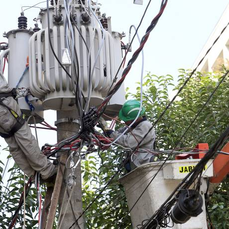 Eletropaulo troca postes de iluminação na Barra Funda, em São Paulo. Foto: Edilson Dantas / Agência O Globo