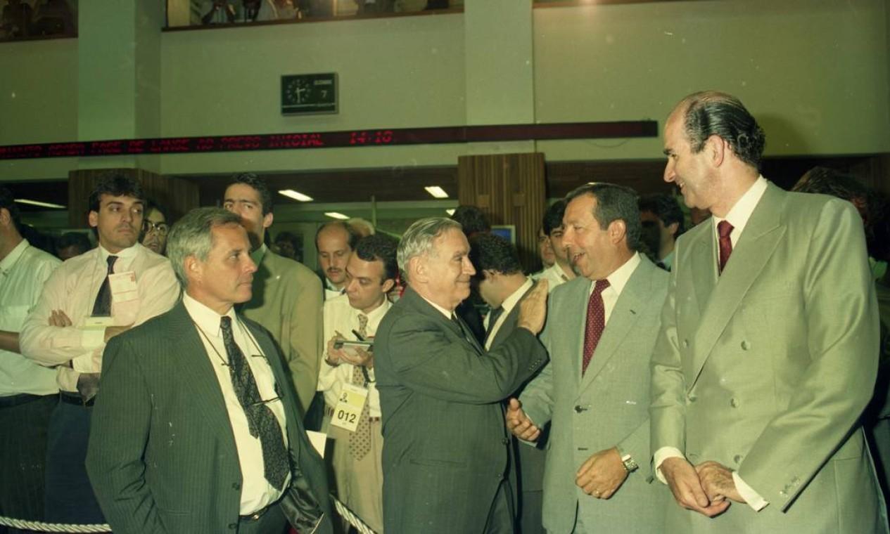O dia 7 de dezembro de 1994 marcou a privatização da Embraer, com o leilão na Bolsa de Valores de São Paulo. No centro da foto, o fundador da empresa, Ozires Silva Foto: Marcia Zoft/07-12-194 / Agência O Globo