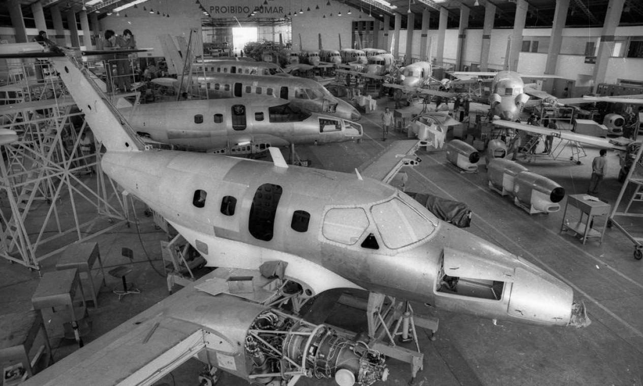 O Bandeirante era um avião turboélice para uso civil e militar. Na imagem, o hangar de montagem da aeronave Foto: Arquivo / Agência O Globo