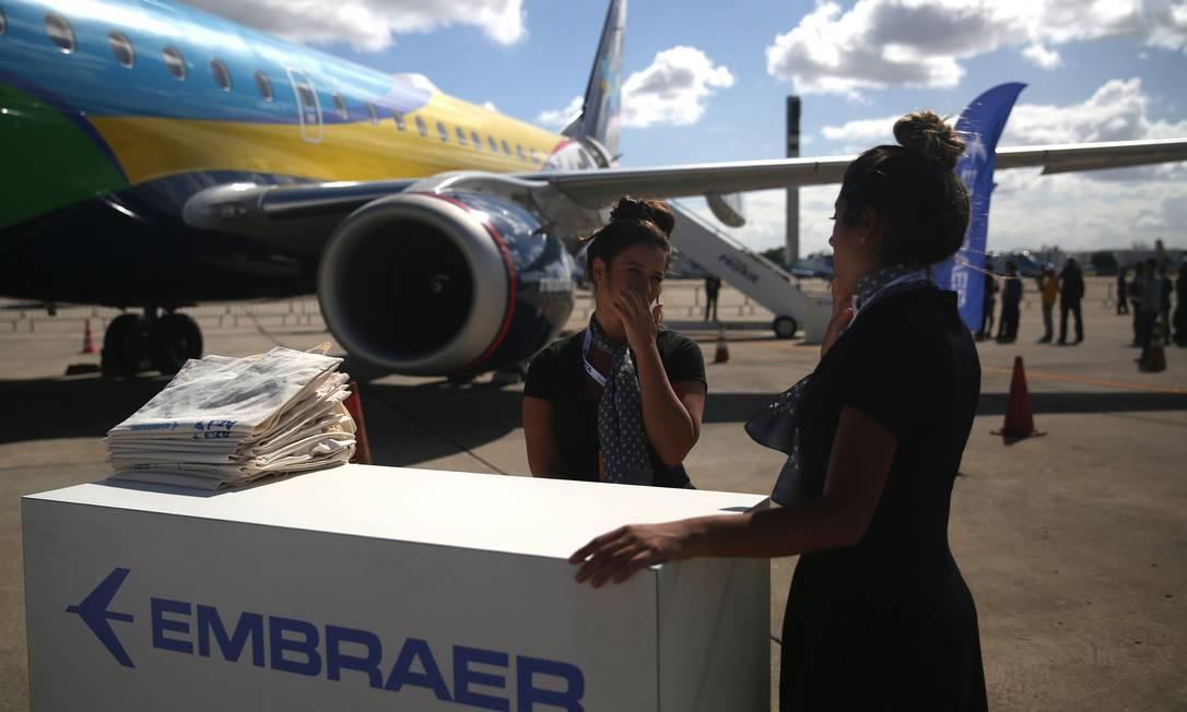 Funcionários da Embraer no aeroporto internacional Tom Jobim Foto: Dado Galdieri / Bloomberg