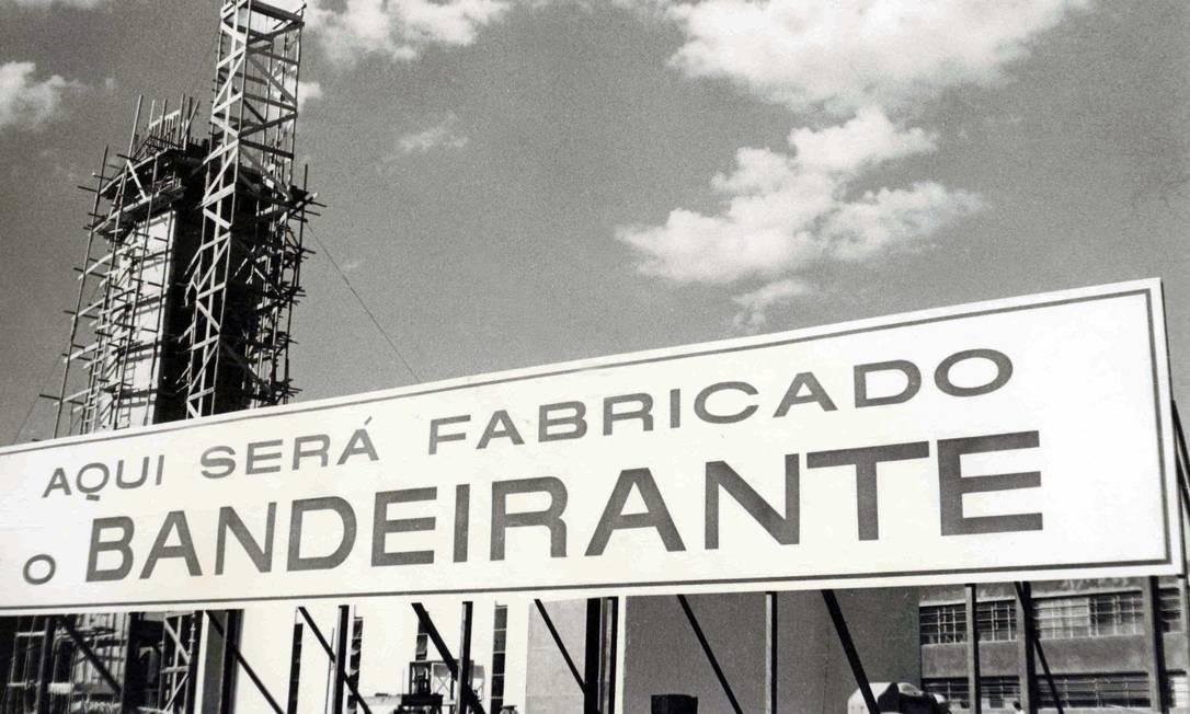 A Empresa Brasileira de Aeronáutica S.A (Embraer) foi criada em 19 de agosto de 1969 já com o projeto de construir o Bandeirante, primeiro avião brasileiro, o EMB-110. O projeto foi desenvolvido antes mesmo da fundação da Embraer, no Centro Técnico Aeroespacial (CTA). Foto: Divulgação/Embraer