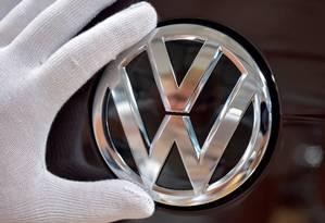 Mecânico da linha de produção da Volkswagen trabalha nos detalhes de um Golf, na Alemanha. Foto: Matthias Rietschel / REUTERS