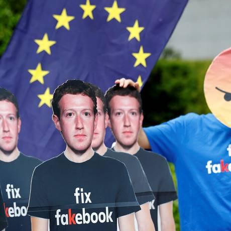 Manifestantes contra encontro de Zuckerberg e líderes do Parlamento Europeu, em Bruxelas, em maio. Foto: FRANCOIS LENOIR / REUTERS