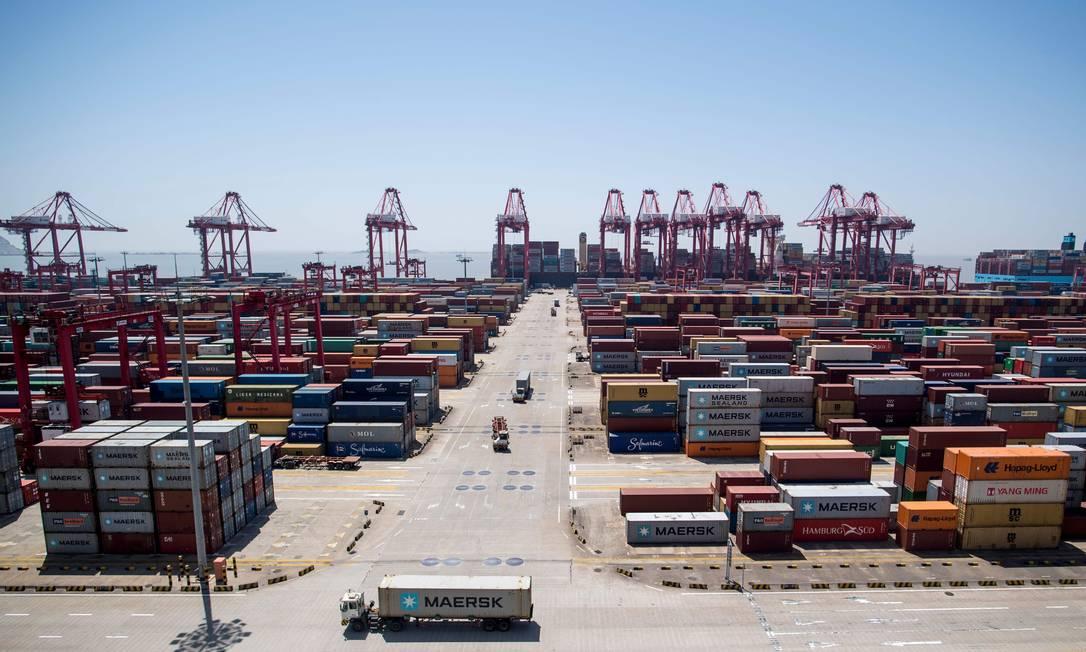 Porto de Xangai, na China Pequim registrou superávit recorde com os EUA em junho Foto: JOHANNES EISELE / AFP