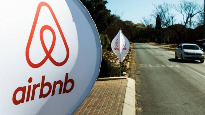 Logos do Airbnb em painéis espalhados em frente a u evento em Johannesburg, África do Sul.Foto: Waldo Swiegers / Bloomberg