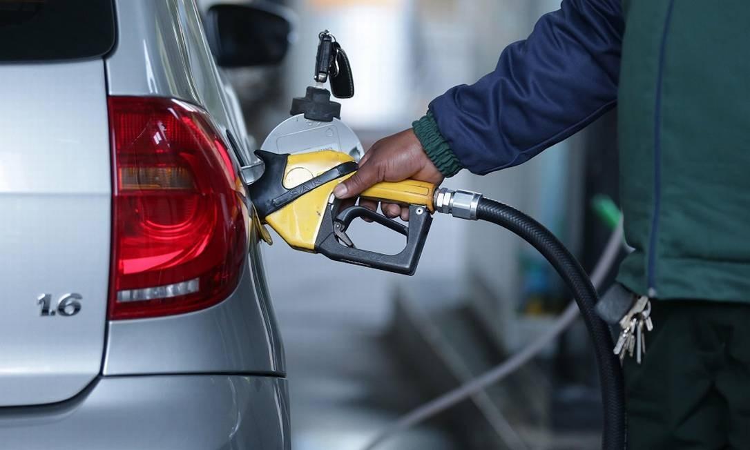 Funcionário abastece carro em posto de combustível Foto: Márcio Alves / Agência O Globo