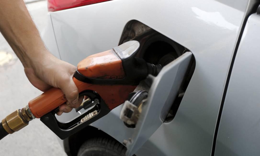 Preço dos combustíveis sobe no caminho da refinaria aos postos revendedores: uma grande fatia vem de impostos Foto: Domingos Peixoto / Agência O Globo