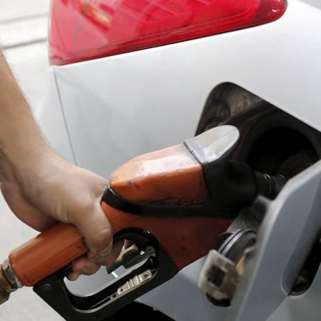 Consumidor abastece carro em posto de combustível Foto: Domingos Peixoto / Agência O Globo