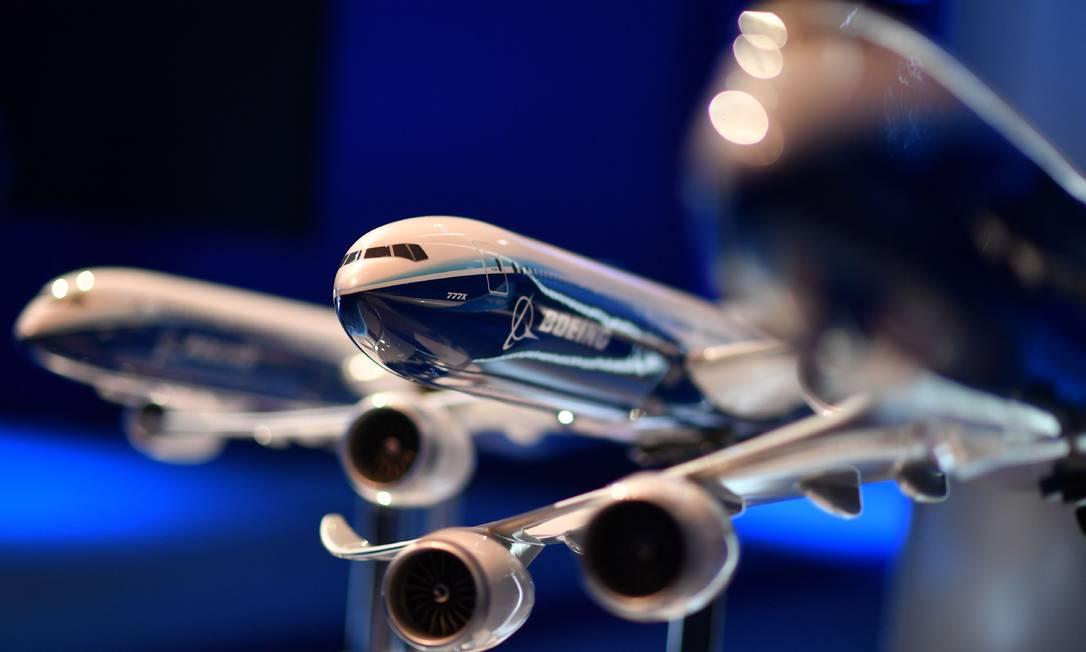 Modelo de um Boeing 777X é exposto durante o Salão de Farnborough, em Londres. Foto: Ben Stansall / AFP
