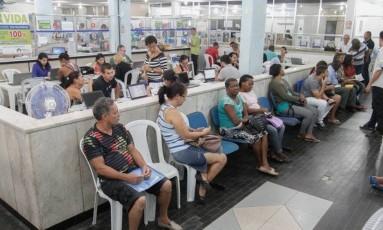 Fila de inadimplentes tentando renegociar dívidas Foto: Arquivo