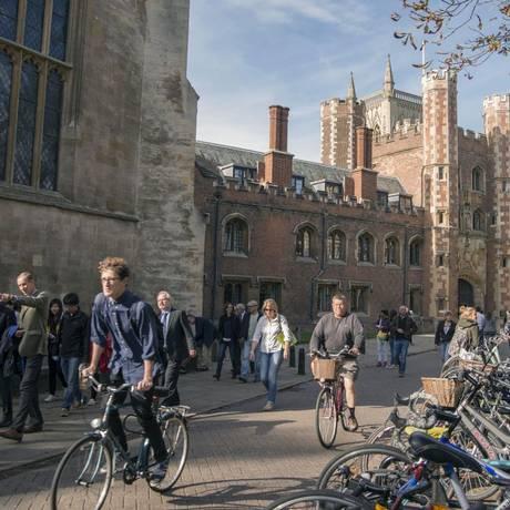 Ciclistas e pedestres passam pela Trinity Street, atrás da faculdade St. Johns, parte da Universidaded de Cambridge Foto: Peter Kindersley / Bloomberg