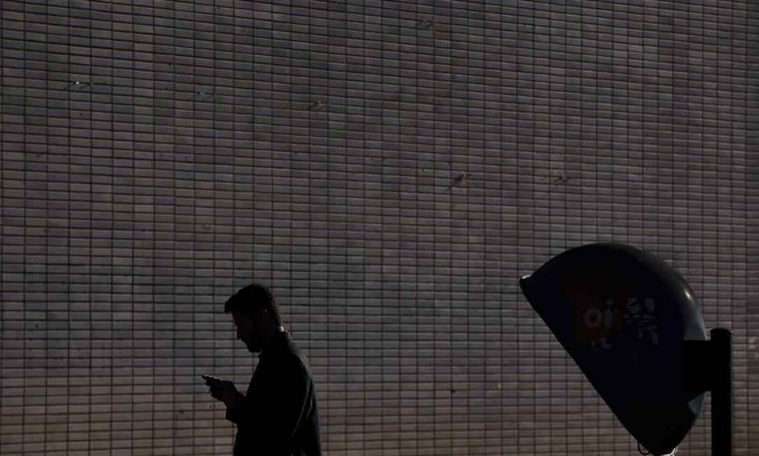 Homem usando o celular Foto: Daniel Marenco / Agência O Globo