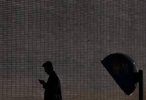 Pessoas usam celular em Brasilia. A capital federal e considerada a cidade mais conectada do pais Foto: Daniel Marenco / Agência O Globo