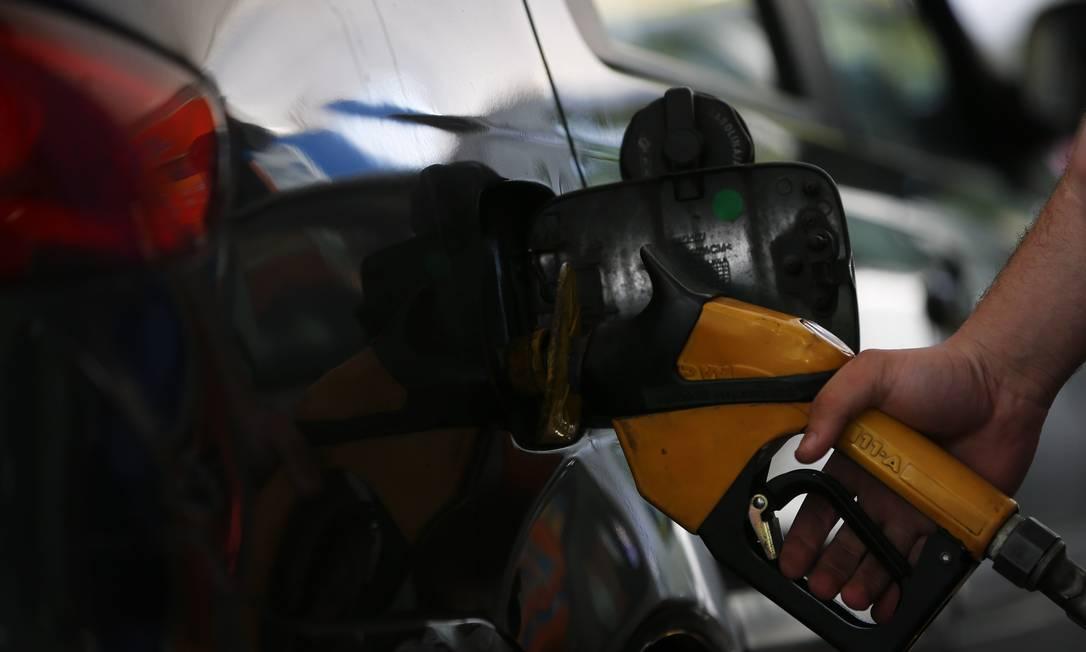 Carro sendo reabastecido em posto de combustíveis Foto: Pablo Jacob / Agência O Globo