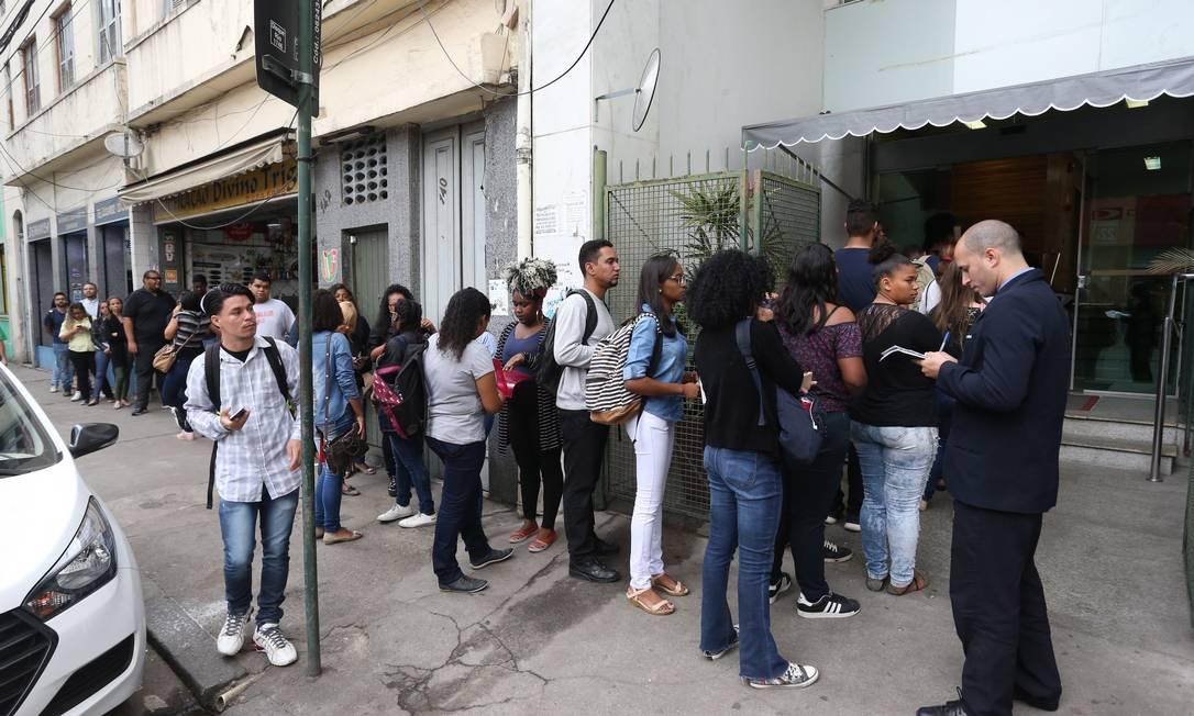 RI - Rio de Janeiro (RJ) 16/08/2018 - Fila para vagas de emprego de Call Center na Rua de Santana 138, Centro. Fotos: Pedro Teixeira/ O Globo Foto: Pedro Teixeira / Agência O Globo
