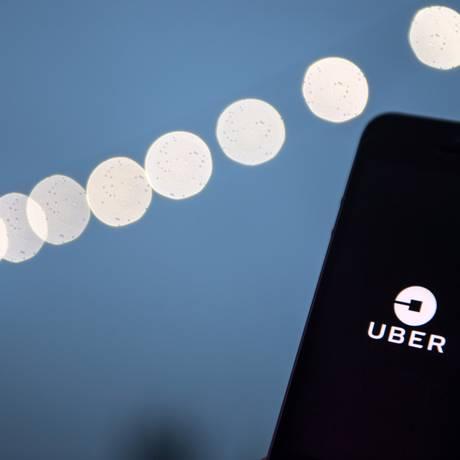 Logo da Uber é exposto em um smartphone Foto: Chris J. Ratcliffe / Bloomberg