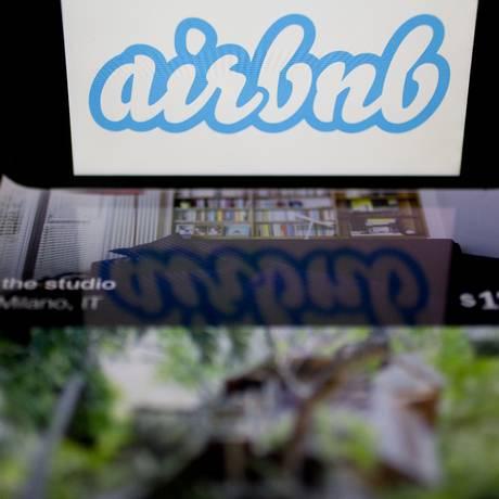 Logo do Airbnb e aplicativo em um smarthphone Foto: Andrew Harrer / Bloomberg