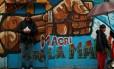 Homem encostado em um muro grafitado em Buenos Aires Foto: MARCOS BRINDICCI / Reuters
