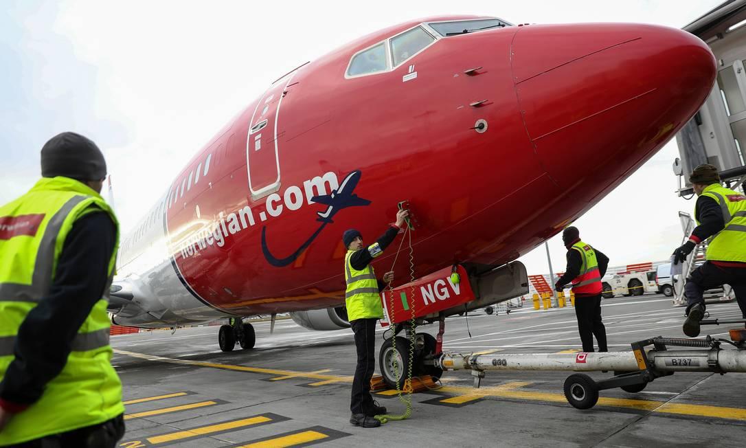 Equipe de terra prepara o Boeing 737 de passageiros, operado pela Norwegian Foto: Simon Dawson / Bloomberg