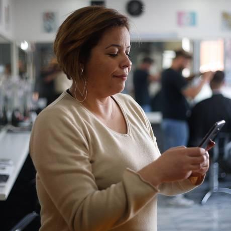 Empresas usam Whatsapp para atendimento a clientes. Na foto Sandra Rita, do salão de beleza Tá Bonito. Foto: Marcos Alves / Agência O Globo
