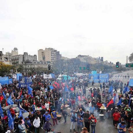 Manifestantes argentinos se reúnem na Avenida 9 de Julho, em Buenos Aires, e distribuem sopa. Eles pedem o fim das medidas econômicas do governo Foto: MARCOS BRINDICCI / Reuters