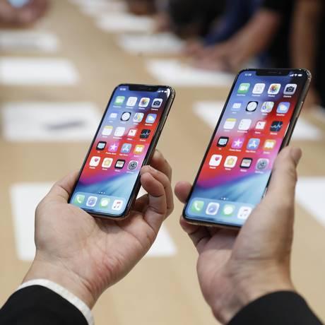 Homem segura os novos iPhones da Apple - XS e XS Max, apresentados nesta quarta-feira Foto: STEPHEN LAM / REUTERS
