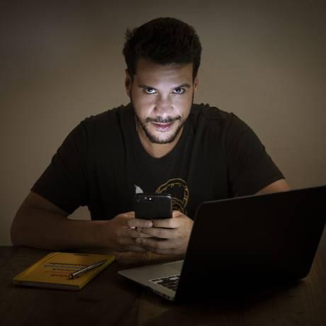 Venda de celulares premium cresce no Brasil. Na foto, o produtor de eventos Artur Barros. Foto: Leo Martins / Agência O Globo