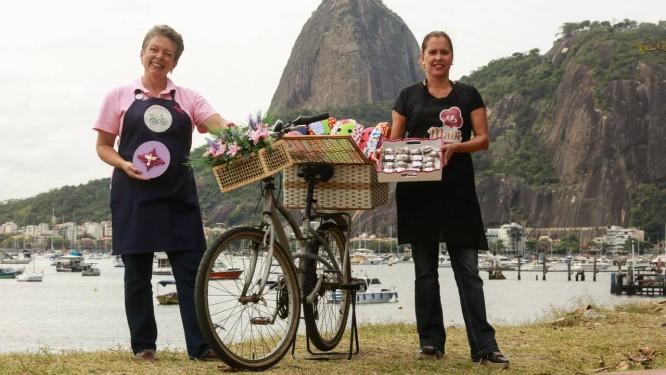 Com a crise, Marcia Amaro Machado (blusa preta) e Patrícia Maria Braga (de blusa rosa) passaram a vender doce pelas ruas do Rio Foto: Brenno Carvalho / Agência O Globo