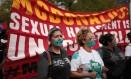Funcionárias do McDonald's e ativistas fazem manifestação em frente à sede da rede em Chicago contra a política de combate ao assédio sexual da empresa. Foto: SCOTT OLSON / AFP
