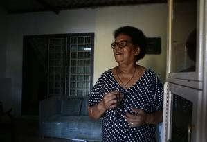 A aposentada Ana das Flores Santos, moradora do bairro Ipiranga, em Valparaíso, apresenta contracheque do INSS com desconto indevido Foto: Jorge William / Agência O Globo