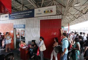 Desempregados fazem fila no posto do Sine em Madureira, subúrbio do Rio Foto: Fabiano Rocha / Agência O Globo