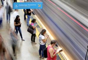 Tendência das pessoas andarem na rua ligados aos celulares muda hábito dos cariocas facilitando os acidentes e roubos. Foto: Custódio Coimbra / Agência O Globo