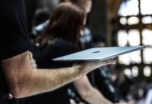 Amazon fecha acordo com a Apple para vender iPhones e iPads durante a temporada de compras de fim de ano Foto: STEPHANIE KEITH / AFP