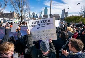 Manifestantes protestam em Long Island contra a decisão da Amazon de levar uma de suas sedes para a cidade Foto: DON EMMERT / AFP