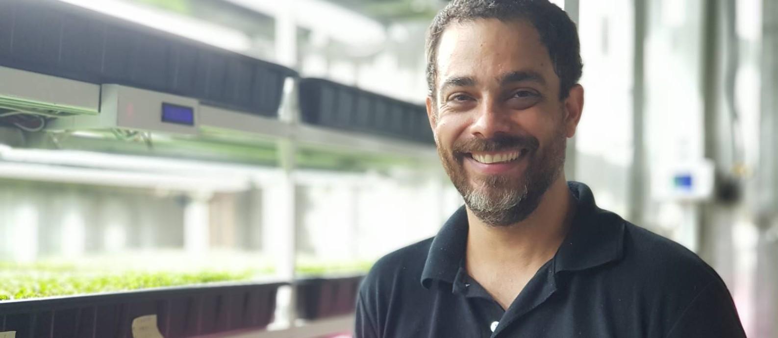 Rodrigo Meyer produz microverdes em contêineres instalados em Guaratiba e distribui para supermercados e restaurantes da cidade Foto: Sérgio Matsuura / O Globo