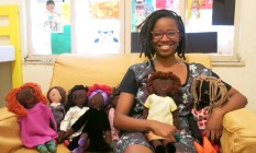 Jaciana Melquíades fabrica e comercializa bonecas para crianças negras na periferia do Rio Foto: Cíntia Cruz / Agência O Globo