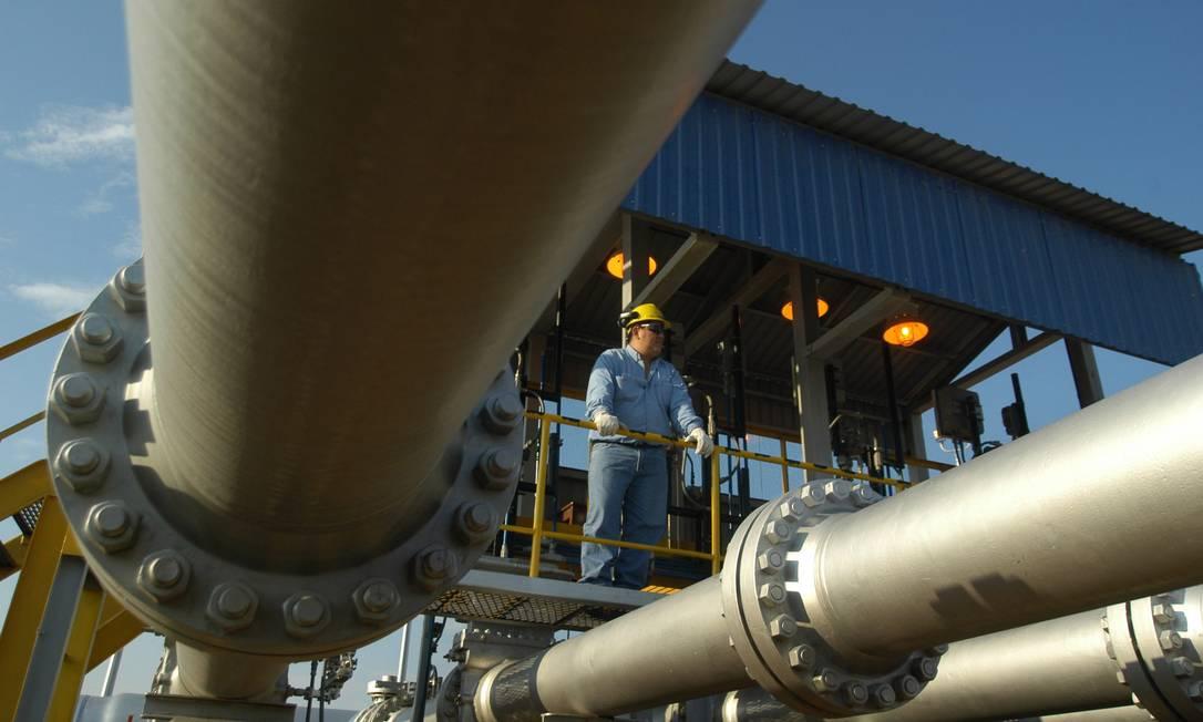 Trabalhador faz checagem de rotina em uma unidade de compressão do gasoduto Brasil-Bolívia Foto: Diego Giudice / Bloomberg News