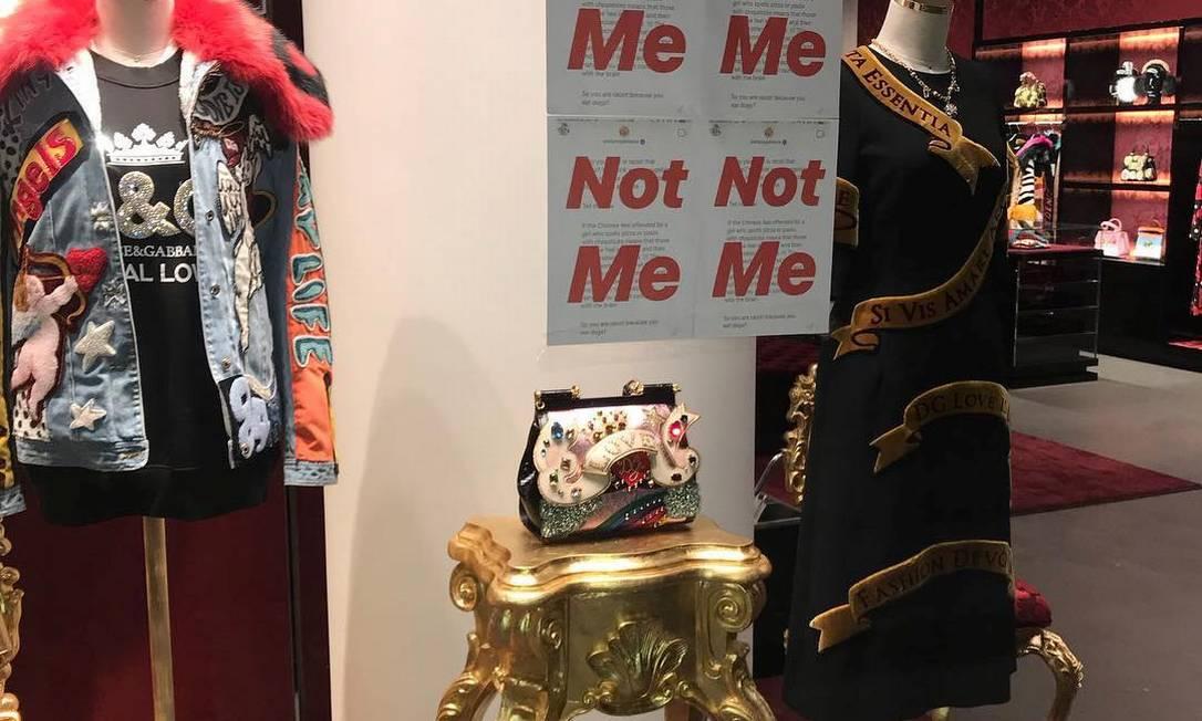 Prints do post de Stefano Gabbana no Instagram com a frase 'Not me' sobreposta em letras vermelhas sobre um post considerado ofensivo aos chineses Foto: SOCIAL MEDIA / REUTERS